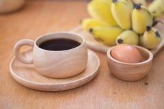 Здоровый завтрак - черный кофе, вареное яйцо и свежий банан Стоковые Фотографии RF