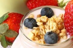 Здоровый завтрак - югурт с ягодами и muesli стоковое изображение