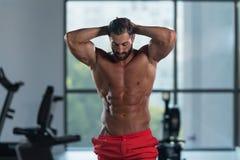 Здоровый итальянский человек с 6 пакетами стоковое фото rf