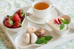 Здоровый и красивый завтрак в кровати на белом подносе Стоковая Фотография