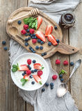 Здоровый комплект завтрака Хлопья или каша риса стоковое изображение