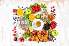Здоровый кофе завтрака, круассаны, muesli, ягоды, плодоовощи стоковое фото rf