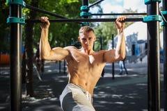 Здоровый красивый активный человек при тело пригонки мышечное делая разминку работает Стоковые Изображения