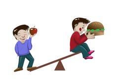 Здоровый мальчик и тучный мальчик на масштабе Стоковая Фотография RF
