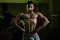 Здоровый молодой человек изгибая мышцы Стоковое Изображение RF