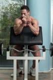 Здоровый молодой человек отдыхая в оздоровительном клубе Стоковая Фотография RF
