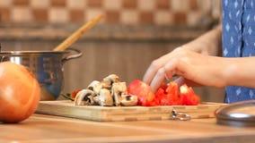 Здоровый образ жизни еды: красивая женщина вскользь сток-видео
