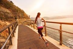Здоровый образ жизни резвится ход женщины стоковое изображение