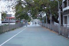Здоровый образ жизни резвится люди бежать на фитнесе и здоровых активных ногах образа жизни на дороге Стоковая Фотография