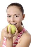 Здоровый образ жизни - счастливая женщина есть яблоко Стоковое Фото