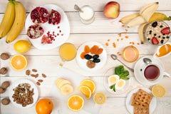 Здоровый органический завтрак Eggs, muesli, апельсиновый сок, мед, nu Стоковые Фото