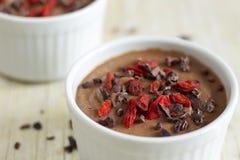 Здоровый пудинг сделанный от цветной капусты, с nibs какао и ягодами goji Стоковая Фотография RF
