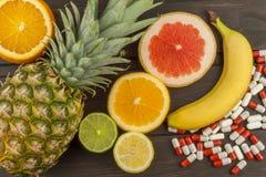 Здоровый плодоовощ для диеты Свежие фрукты на темной деревянной доске Здоровое питание с витаминами Стоковые Изображения RF