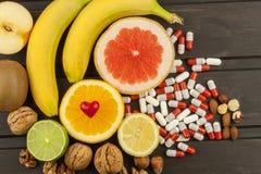 Здоровый плодоовощ для диеты Свежие фрукты на темной деревянной доске Здоровое питание с витаминами Стоковые Фотографии RF