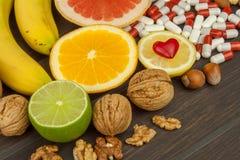 Здоровый плодоовощ для диеты Свежие фрукты на темной деревянной доске Здоровое питание с витаминами Стоковое фото RF