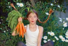 Здоровый ребенк с морковами овощей стоковое изображение rf