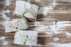Здоровый сандвич сделанный из свежего крена рож с вкусными ингридиентами Стоковые Изображения