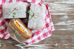 Здоровый сандвич сделанный из свежего крена рож с вкусными ингридиентами Стоковое Фото