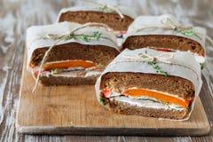 Здоровый сандвич сделанный из свежего крена рож с вкусными ингридиентами Стоковая Фотография