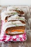 Здоровый сандвич сделанный из свежего крена рож с вкусными ингридиентами Стоковое фото RF
