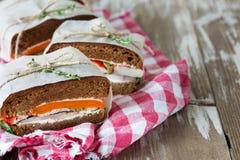 Здоровый сандвич сделанный из свежего крена рож с вкусными ингридиентами Стоковые Изображения RF
