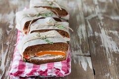 Здоровый сандвич сделанный из свежего крена рож с вкусными ингридиентами Стоковое Изображение