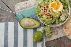 Здоровый салат в шаре оливки, известка, нуты, тофу паприки, огурец и tahini Стоковые Изображения