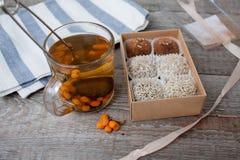 Здоровый салат в шаре оливки, известка, нуты, тофу паприки, огурец и tahini Стоковое Изображение RF