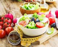 Здоровый салат овощей с лентой измерения диетпитание принципиальной схемы Стоковые Фотографии RF