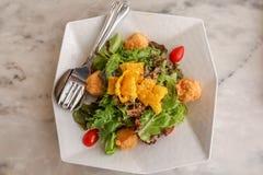 Здоровый салат сделанный из огурца, томата, тофу, семян сезама и свежего лука Стоковые Фото