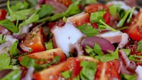 Здоровый салат с осьминогом видеоматериал