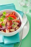 Здоровый салат томата с кориандром лука белых фасолей Стоковые Фото