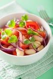 Здоровый салат томата с кориандром лука белых фасолей Стоковая Фотография RF