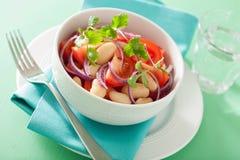 Здоровый салат томата с кориандром лука белых фасолей Стоковая Фотография