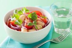 Здоровый салат томата с кориандром лука белых фасолей Стоковое Изображение RF