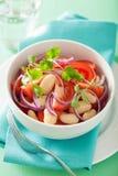 Здоровый салат томата с cilantro лука белых фасолей Стоковые Фото