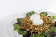Здоровый свободный салат яичка ` s курицы ряда с spiralized гнездом картошки Стоковая Фотография
