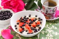 Здоровый творог завтрака с свежими ягодами и чаем Стоковая Фотография RF