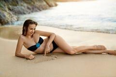 Здоровый уклад жизни детеныши женщины пляжа красивейшие ослабляя Summ Стоковая Фотография RF