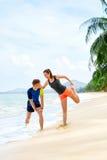 Здоровый уклад жизни Протягивать спортсмена, работая на пляже Fitn Стоковая Фотография