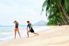 Здоровый уклад жизни Протягивать спортсмена, работая на пляже Fitn Стоковое Фото