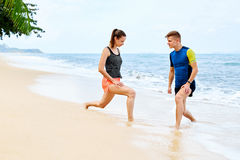 Здоровый уклад жизни Протягивать спортсмена, работая на пляже Fitn Стоковые Фотографии RF