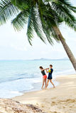 Здоровый уклад жизни Протягивать спортсмена, работая на пляже Fitn Стоковое Изображение