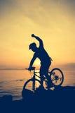 Здоровый уклад жизни Силуэт велосипедиста ехать велосипед на se Стоковое Изображение