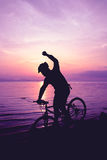 Здоровый уклад жизни Силуэт велосипедиста ехать велосипед на se Стоковое Фото