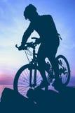 Здоровый уклад жизни Силуэт велосипедиста ехать велосипед на se Стоковая Фотография RF