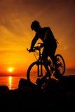 Здоровый уклад жизни Силуэт велосипедиста ехать велосипед на se Стоковая Фотография