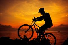 Здоровый уклад жизни Силуэт велосипедиста ехать велосипед на se Стоковые Изображения