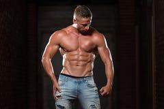 Здоровый человек в джинсах с 6 пакетами Стоковые Изображения