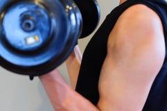 Здоровый человек держа Dumbell для тренировки веса тела стоковая фотография rf